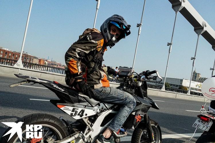 А на этом мотоцикле участник закрытия сезона обычно ездит по лесам. Но ради осеннего марафона выбрался на асфальтированную дорогу. Фото: Михаил ПАНТЕЛЕЕВ