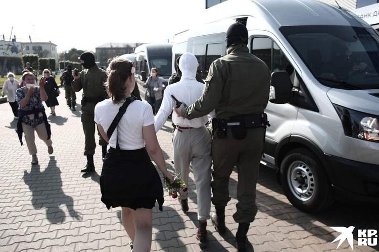 Протестанток вежливо препроводили в автозак. Фото: Иван ИВАНОВ