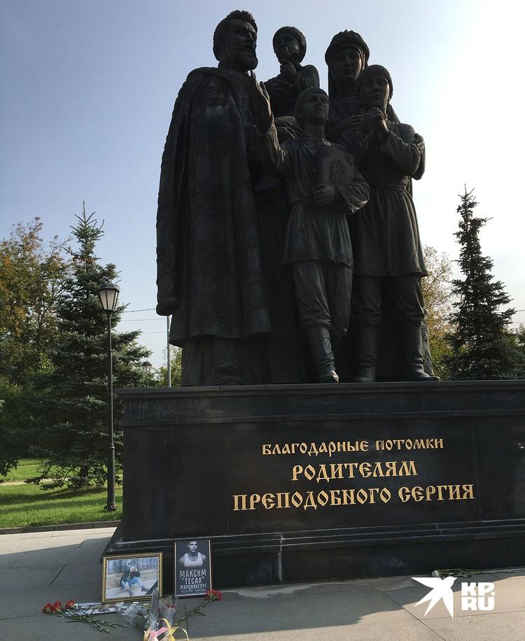 К памятнику родителям преподобного Сергия Радонежского принесли портреты Максима Марцинкевича и возложили к ним цветы