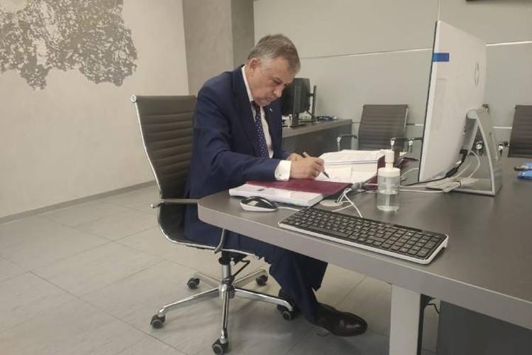 Соглашение на поставку лекарства подписал губернатор региона / Фото: Администрация Ленобласти
