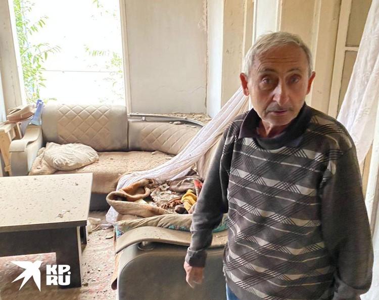 Хозяин пострадавшего дома успел спрятаться от обстрела в подвале.
