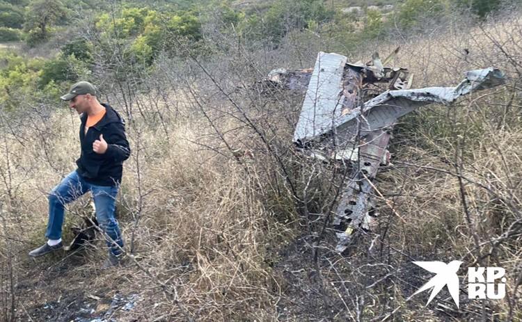 Останки летательного аппарата, обнаруженные на склоне.