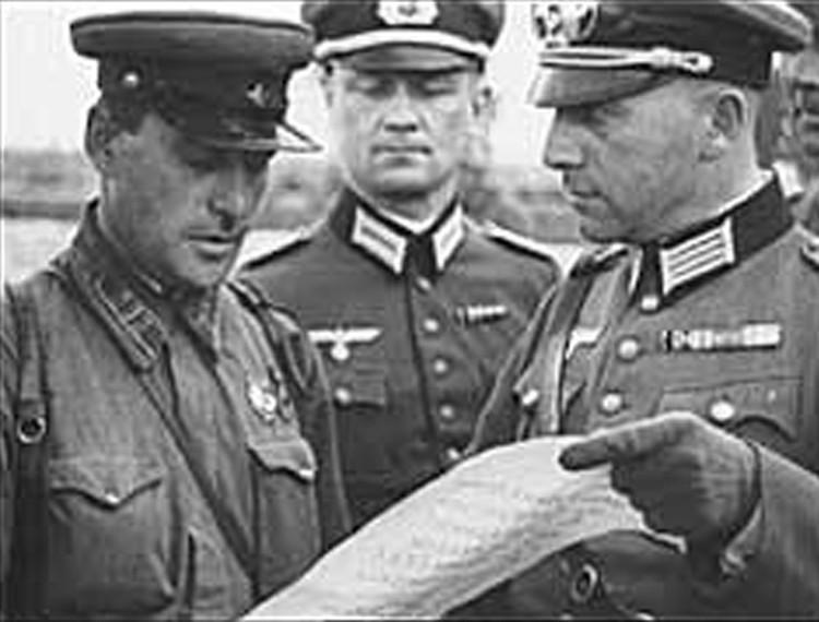 Советские и немецкие офицеры в районе Бреста, осень 1939 года. Кадр из кинохроники