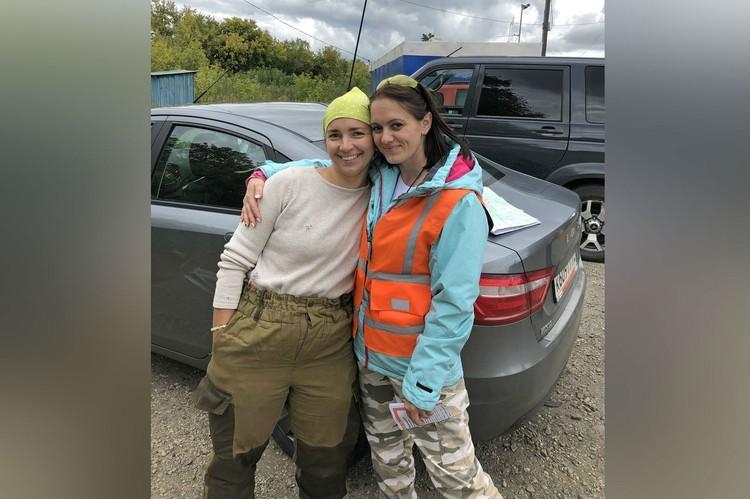 В отряде Ольга (справа) познакомилась с добрыми и отзывчивыми людьми. Фото: предоставлено Ольгой Будановой