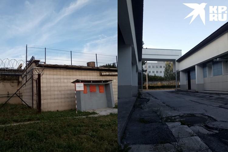 Так выглядит территория «Вектора»: вокруг корпусов забор с колючей проволокой. Фото: личный архив.