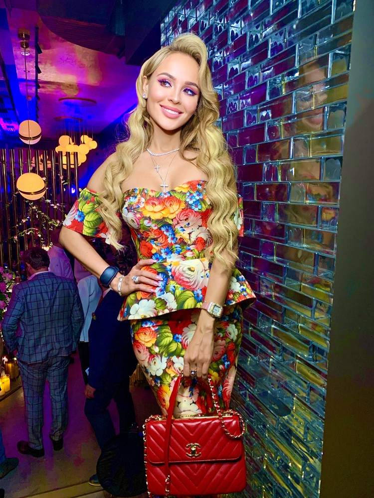 В новых серьгах с бриллиантами в 4 карата певица и звезда ток-шоу Анна Калашникова появилась на акустическом квартирнике Дмитрия Маликова