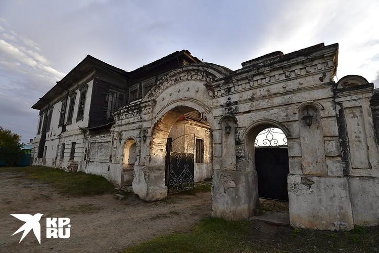 Дом купца Алексея Лушникова — это один из первых каменных домов в Кяхте, построенный в середине XIX века и внесённый в список объектов культурного наследия России.