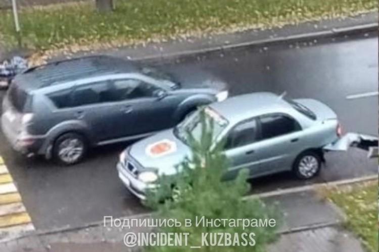 """Автомобилист сначала сбил женщину, а потом врезался в припаркованный автомобиль. ФОТО: vk.com, """"Инцидент Кузбасс"""""""
