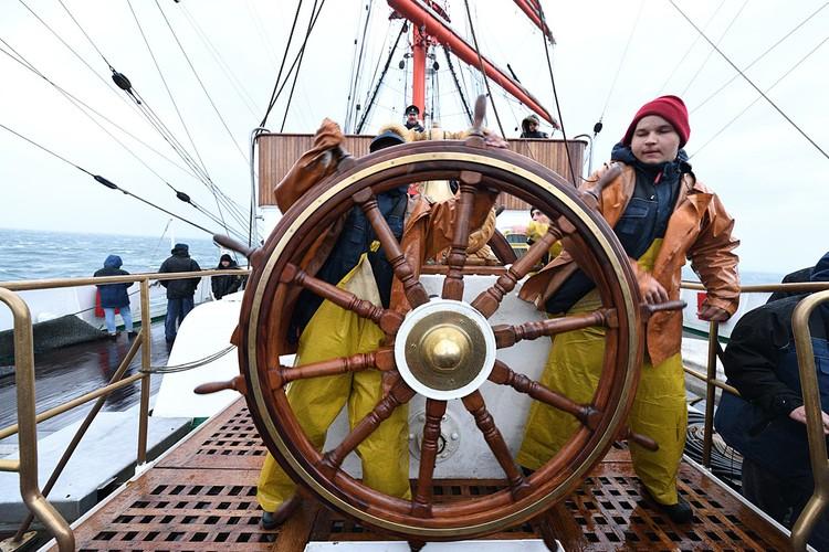 На борту - курсанты из двух вузов. Фото - Виктор Гуменюк