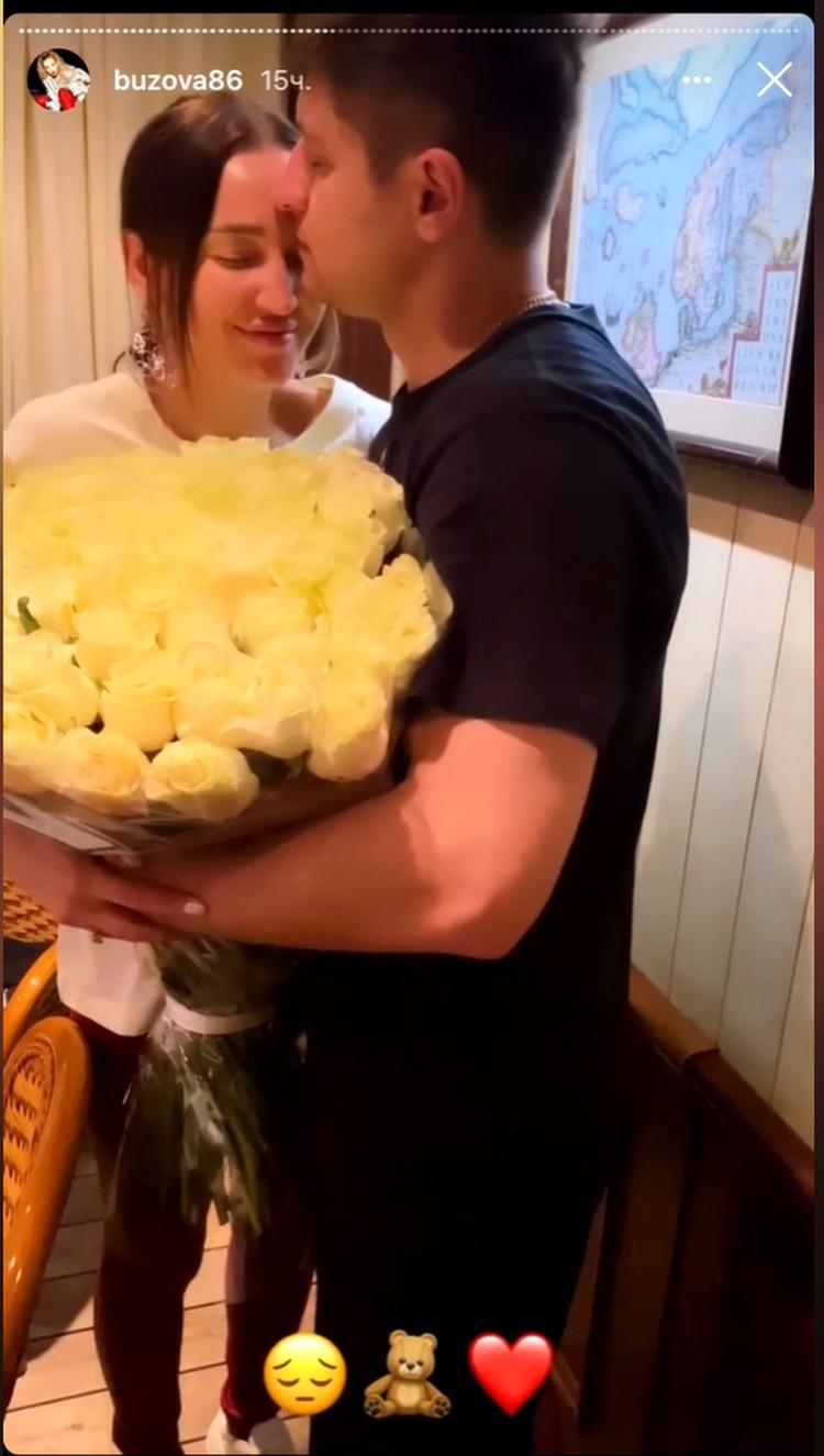 Давид растопил сердце Оли букетом шикарных роз. Фото: Инстаграм.