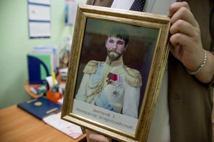 Портрет подарили одногруппники, зная про безумную любовь Дмитрия к истории.