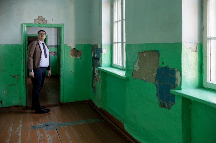 Старое здание школы много лет просит ремонта.