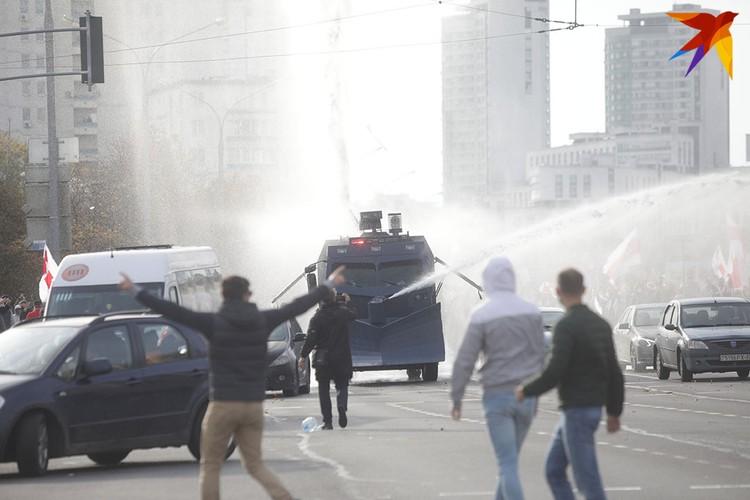 Против протестующих применили водомет. Вода была без краски.