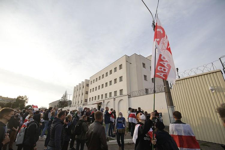 В конце марша люди пришли к изолятору на Окрестина.