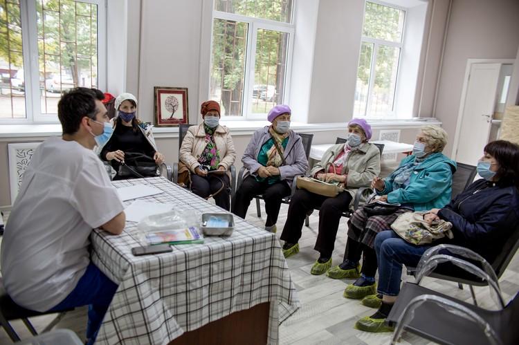 Сейчас тут идут занятия школы здоровья для бабушек и тренировки по йоге.