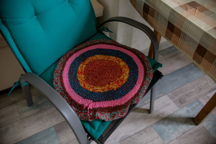 Коврике для стульев на кухне связала бабушка, которой Доктор Женя помог вылечить болезнь глаз.