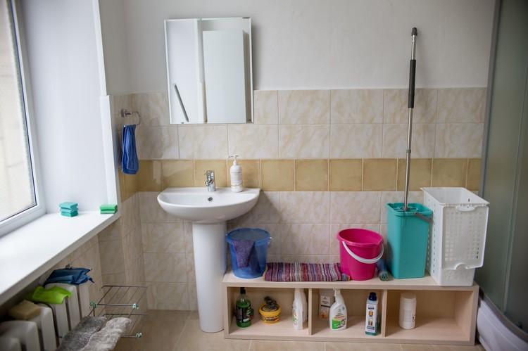 В центре есть отдельный санузел для бездомных, где они могут помыться.