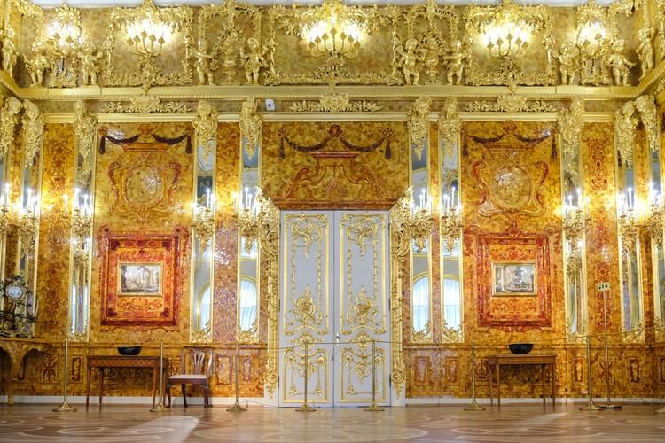 Янтарную комнату в подарок императору Петру I преподнес король Пруссии Фридрих Вильгельм I.