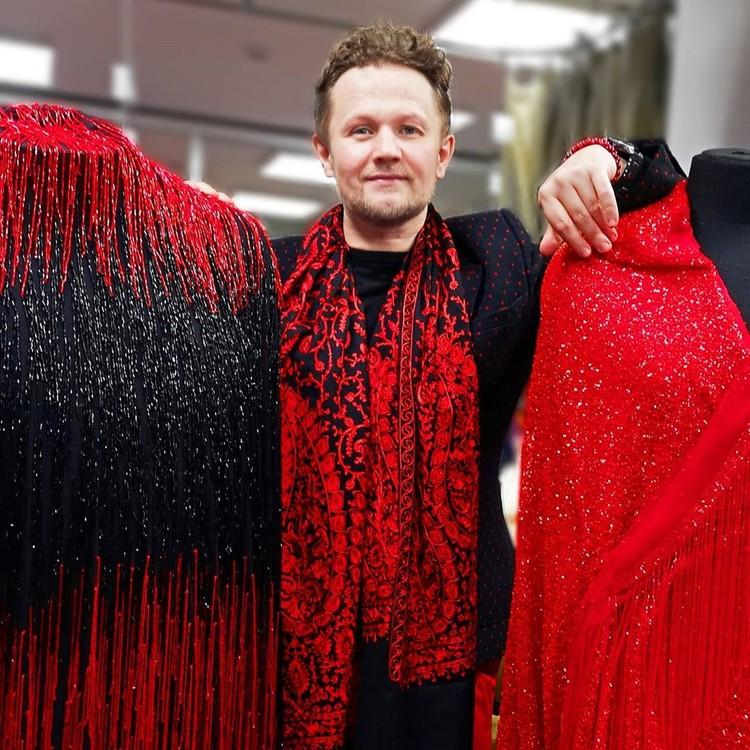 Все наряды Надежды Георгиевны — дело рук Романа Ватолкина. На фото он с нарядами Бабкиной.