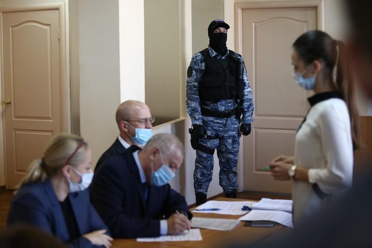 Заседания по делу Тефтелева проходят спокойно, но зоркие приставы всегда начеку