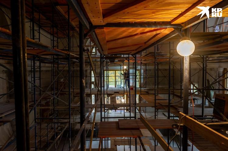 Зал, в котором горку воссоздадут, пока заполнен лесами