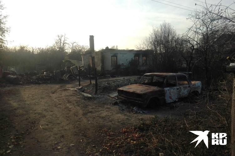 Сгоревшие строения и автомобили в деревне Шелемишевский Хутор.