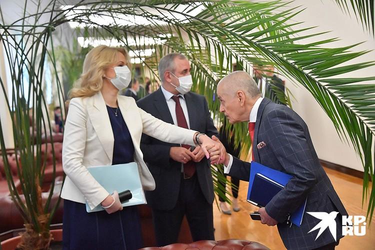 Вице-премьер РФ Татьяна Голикова, первый заместитель главы комитета по образованию Геннадий Онищенко (справа)