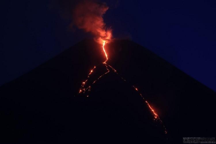 Извержение продлится еще месяц. Фото: Камчатская вулканологическая станция ДВО РАН.