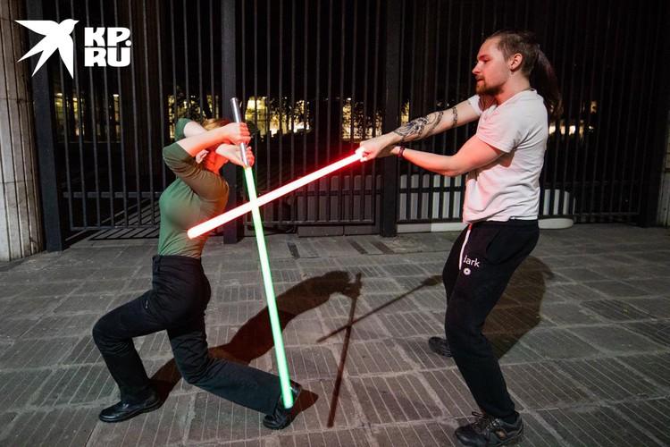 Сценические выступления устраивают в костюмах джедаев — длинных балахонах. Но на тренировку приходят в удобной одежде