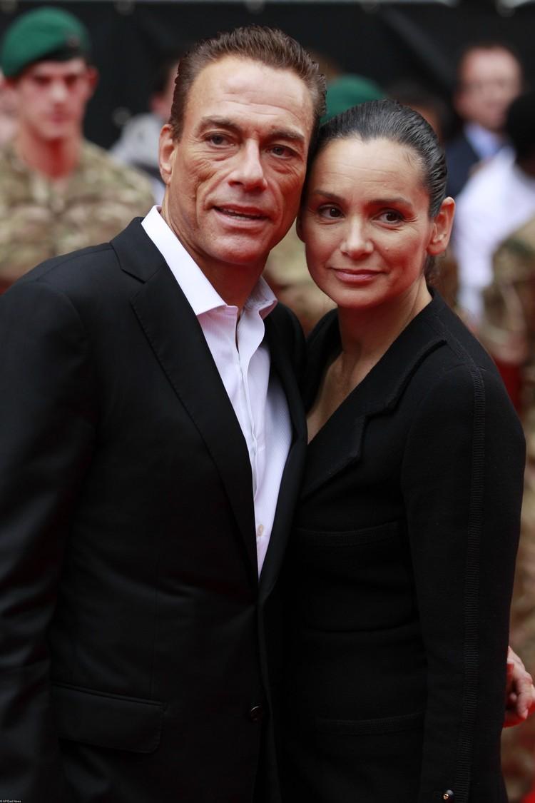 На красных дорожках Каннского фестиваля и других мероприятий актер позирует с законной женой Глэдис Португез.