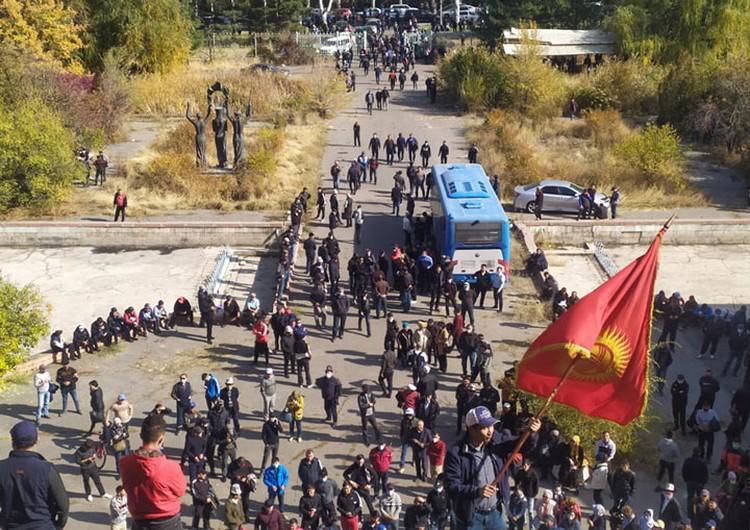 Митинг за отставку президента сегодня продолжился в южной части города, недалеко от госрезиденции «Ала-Арча».