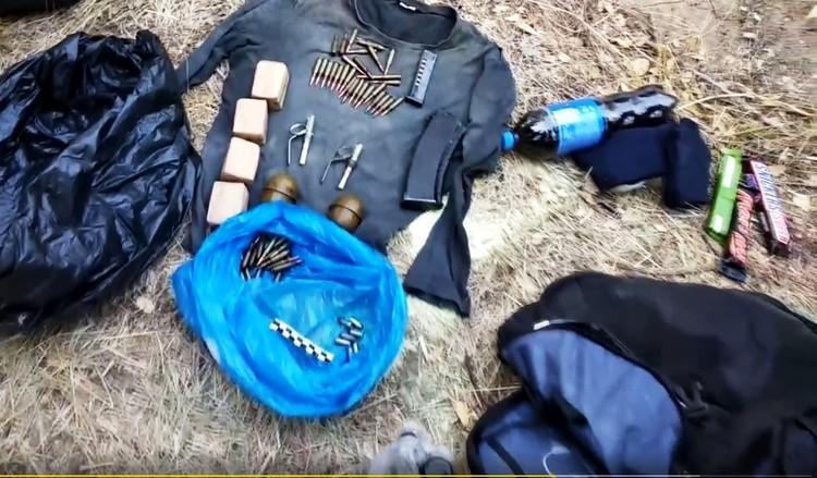 В тайнике боевиков нашли оружие, патроны и химвещества для взрывчаток. Фото - скрин оперативного видео ФСБ.