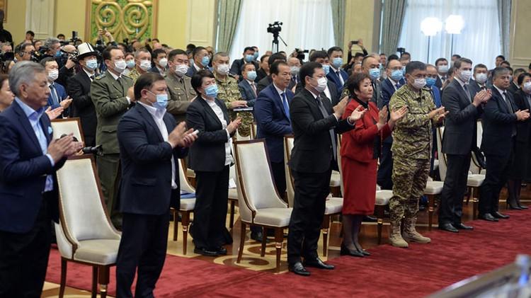 Жээнбекова провожали аплодисментами, стоя.