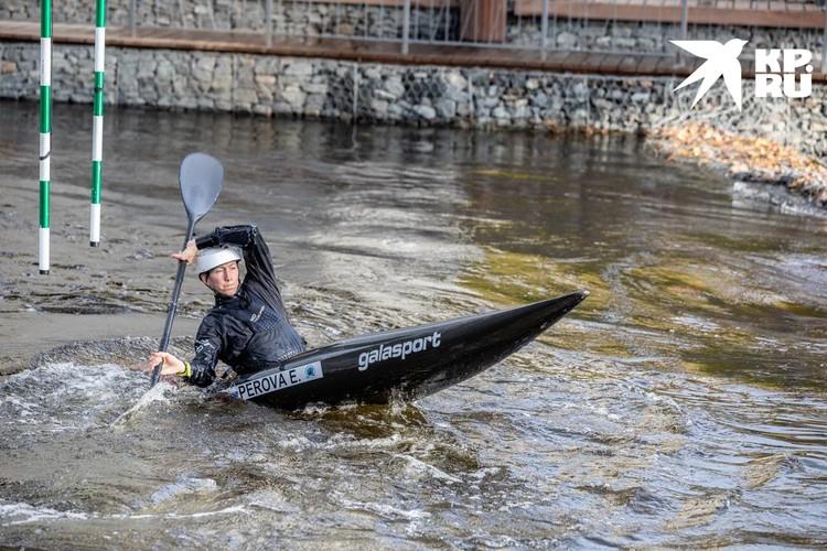 Поток то и дело пытается «съесть» лодку, но спортсмен постоянно балансирует
