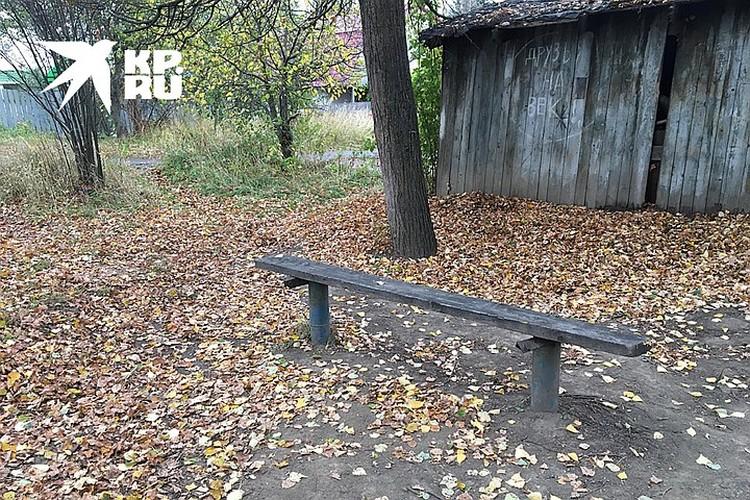 Лавочка в небольшом сквере, где была убита девятиклассница, находится буквально в сотне метров от дома Светланы.