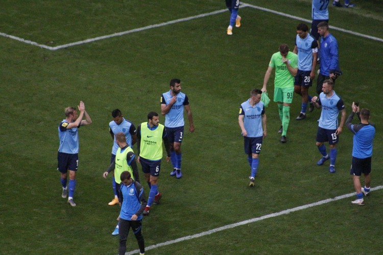 Даже когда команда ушла с поля, фанаты остались ждать руководства.