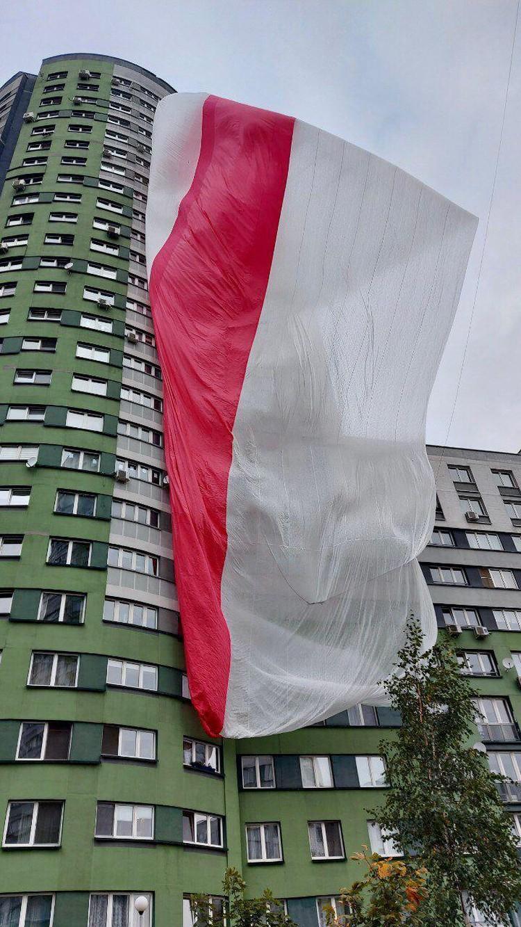 В Минске между домами вывесили гигантский бело-красно-белый флаг.