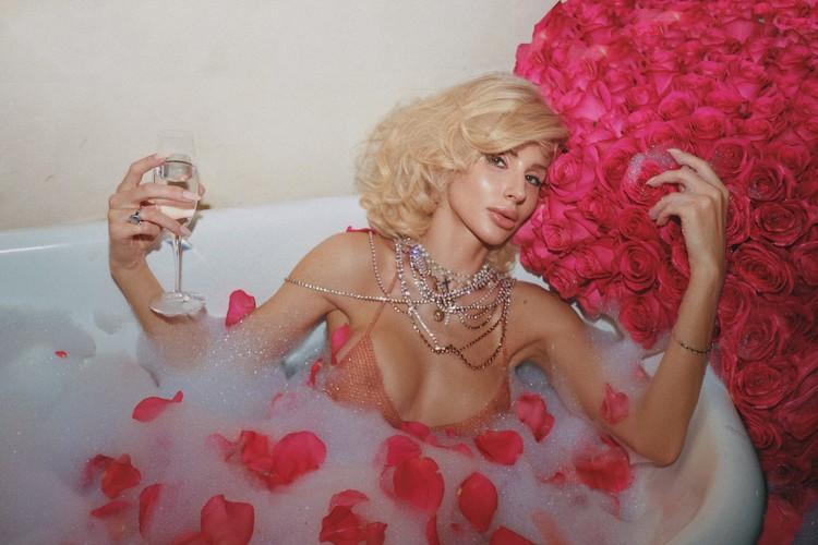Пост Светлана сопроводила сногсшибательным фото в ванной, в прозрачном лифе.