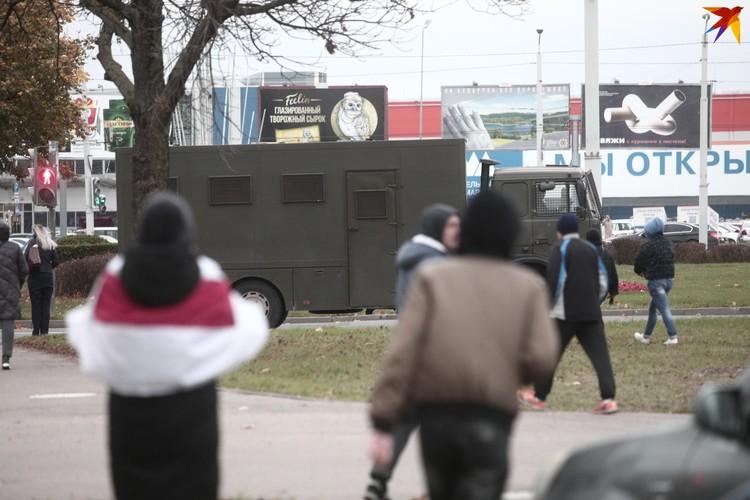 """В районе универмага """"Беларусь"""" также проезжали бронированные машины с военными."""