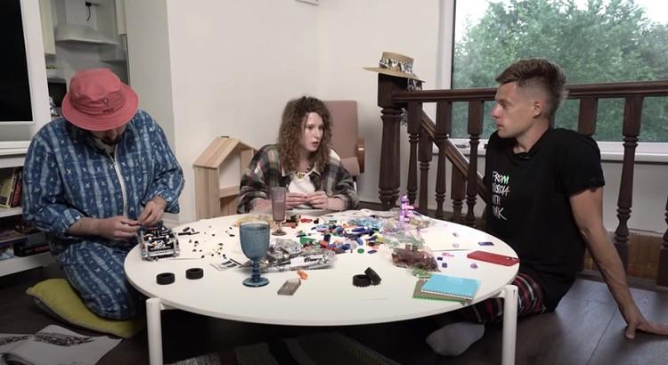 """Монеточка и ее новый парень снимают стресс за столом с Lego. Фото: Yoytube/ """"ВДудь"""""""