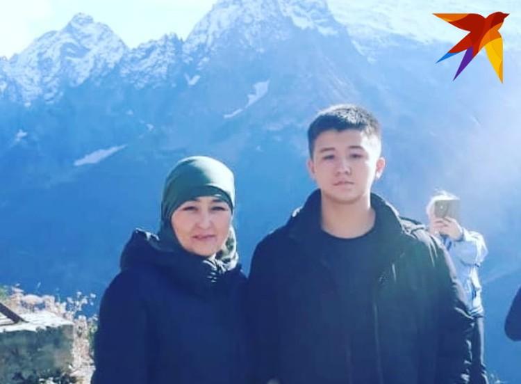 Халил Сулейманов с мамой Мадиной