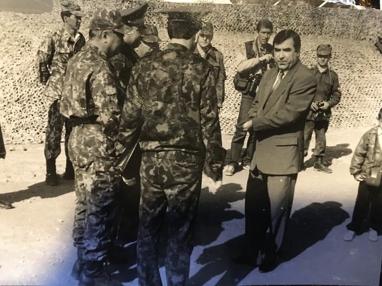 1994 год. На снимке рядом с группой офицеров стоит президент Таджикистана Эмомали Шарипович Рахмон.
