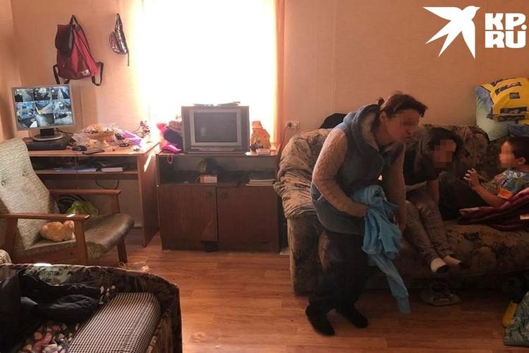 Семью, оставшуюся без крыши над головой, приютила у себя местная бабушка-сторож. Фото: предоставлено Отиа Сулава