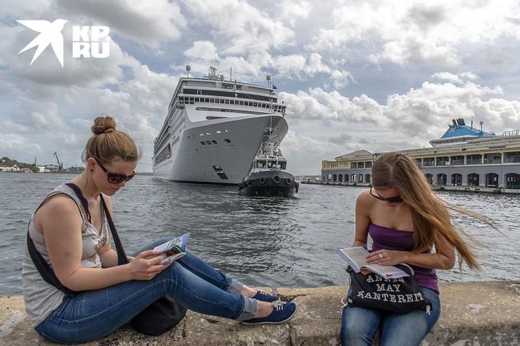 В Гавану регулярно заходят гигантские круизные лайнеры. Фото: Алексей Белянчев