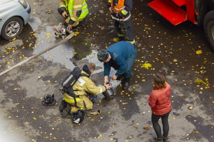 Хозяин песика и очевидцы молились, чтобы у пожарных все вышло, и с содроганием смотрели за спасением. Фото: vk.com/spb_today