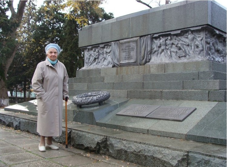 Ольга Васильевна Матусевич у мемориала на Кладбище Коммунаров