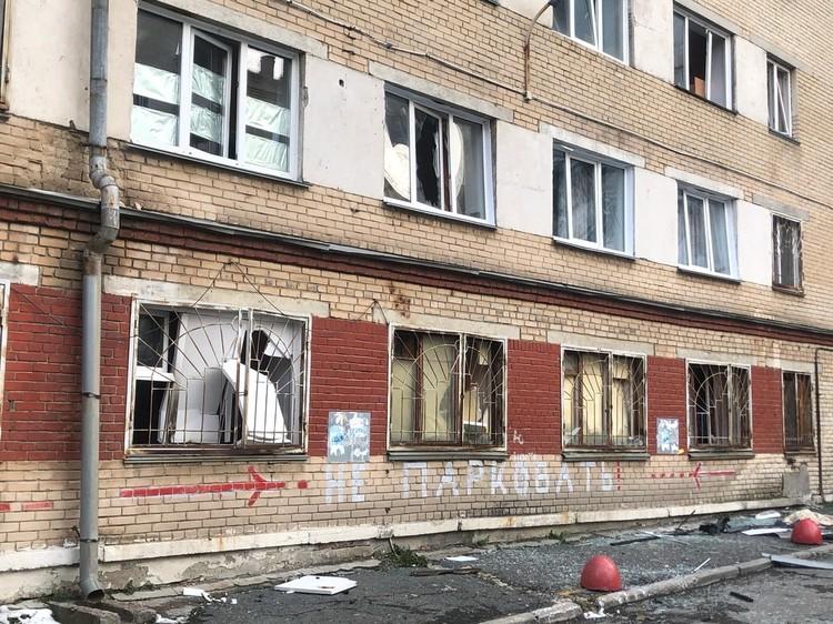 В домах выбило окна