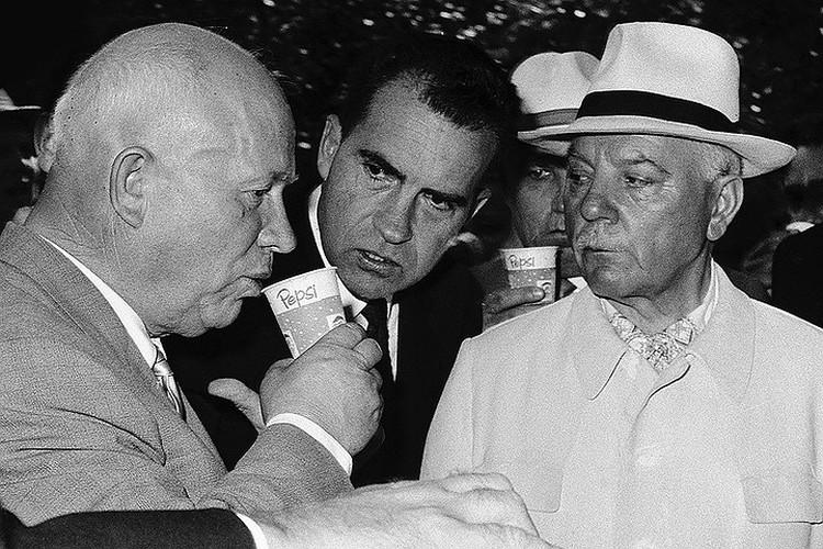 """Никита Хрущев пробует """"Пепси-колу"""" на выставке в Сокольниках, 1959 год."""