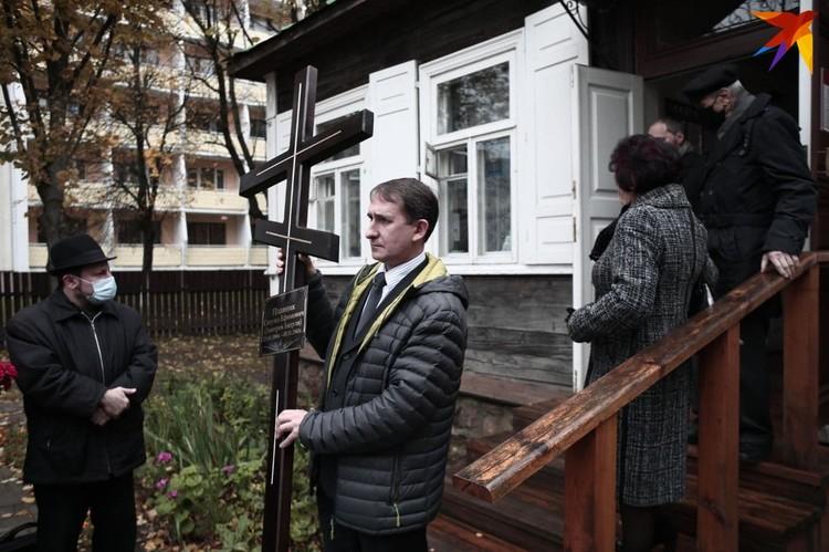 В интернете обсуждают, что имя Бядули на кресте написано на русском языке