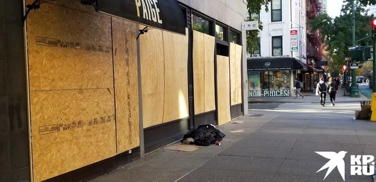 Фанерными щитами забиты витрины большинства бродвейских магазинов.